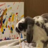 絵を描くウサギ